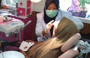 Rail Clinic Berikan Pengobatan Kepada Warga Tanjung Sari