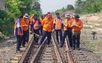 Suryawan Jalan Kaki Cek Jalur KA Lintas Haji Pemanggilan