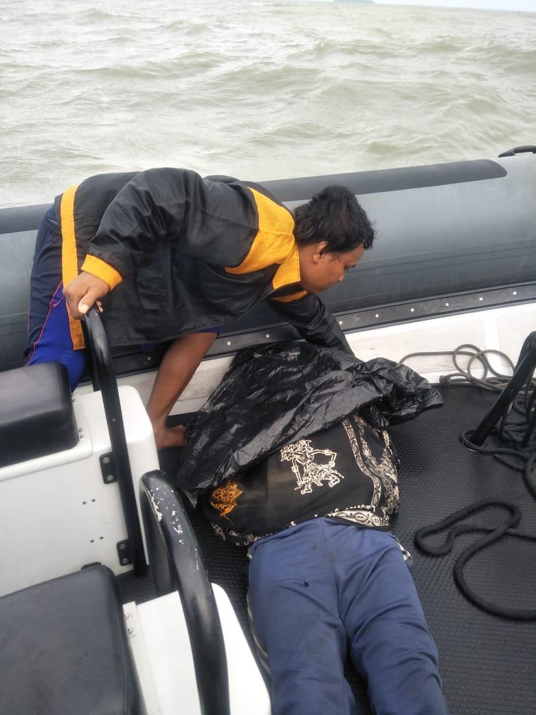 Disela SAR Pesawat SJ 182, Kopaska TNI AL Evakuasi 2 Nelayan Terapung Di Perairan Untung Jawa