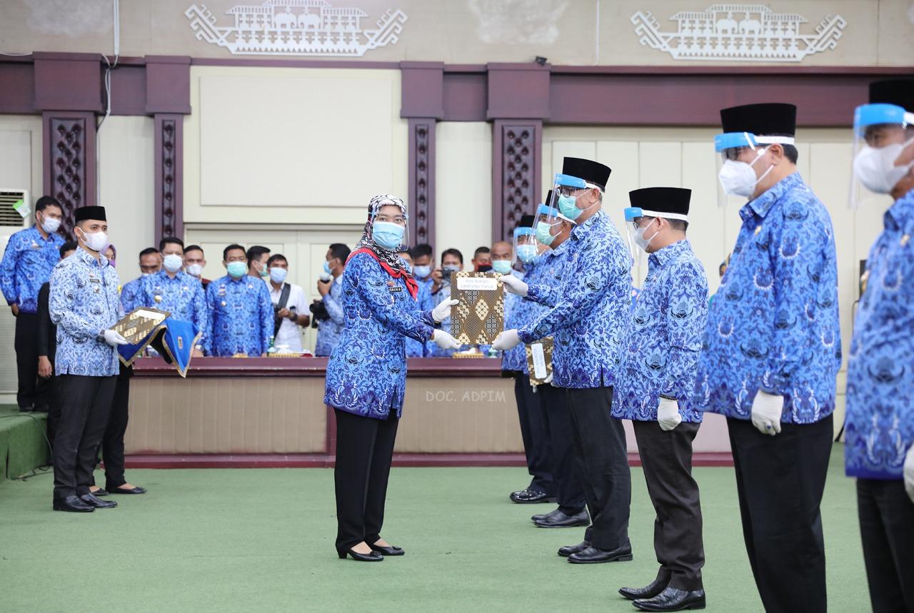 Wagub Chusnunia Serahkan Surat Pelaksana Harian Bupati/Walikota Kepada 8 Sekda Kabupaten/Kota